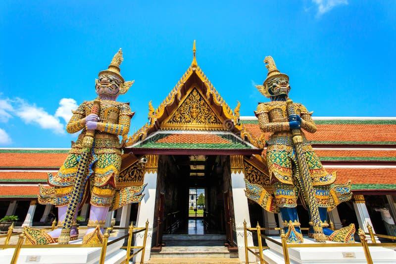 Jätte- Buddha i Wat Phra Kaeo, tempel av Emerald Buddha i B royaltyfria bilder