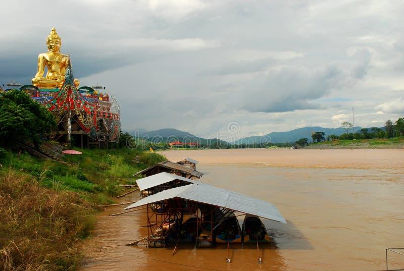 Jätte- Buddha nära Mekong River på den guld- triangeln. Mutor Ruak, Thailand arkivfoton