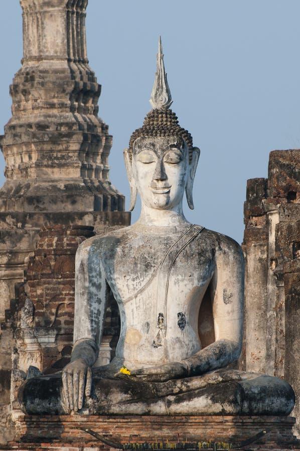 Jätte- Buddha på Wat Mahathat i Sukhothai, Thailand arkivfoton