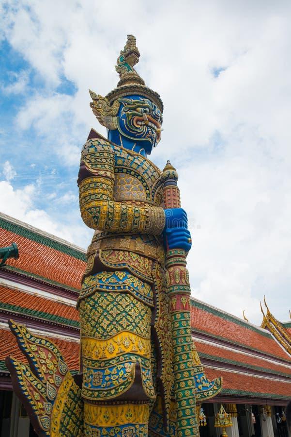 Jätte- förmyndarestaty på Wat Phra Kaew den storslagna slotten i Bangk arkivbild