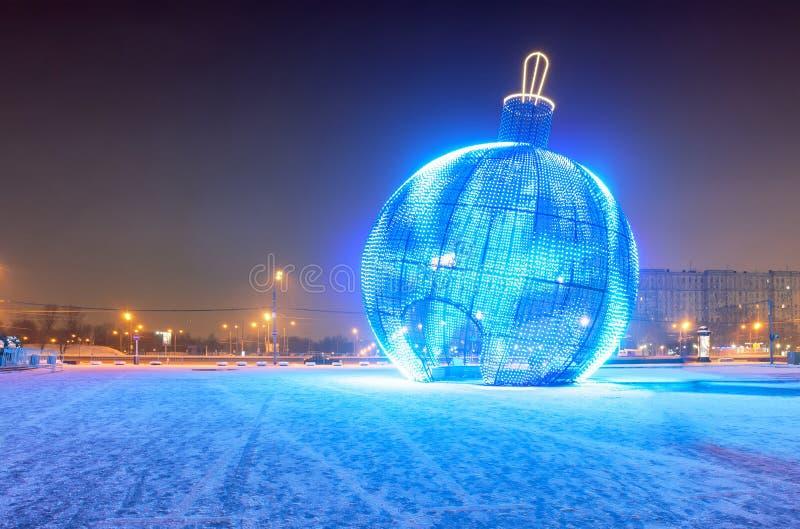 Jätte- glödande blå jul klumpa ihop sig på gatan royaltyfria foton
