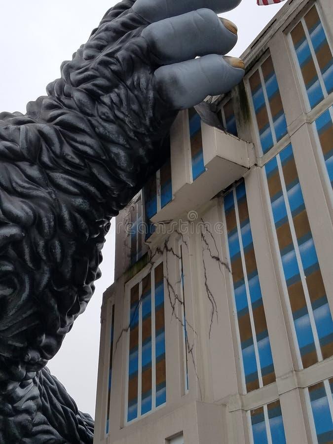 Jätte Gorilla King Kong Climbs Building royaltyfria bilder