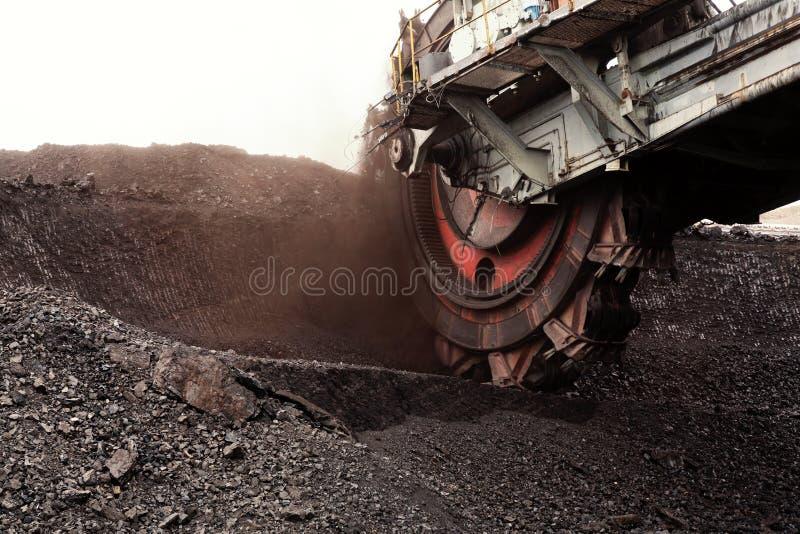Jätte- grävskopa för hinkhjul för att gräva det bruna kolet, Tjeckien arkivbild