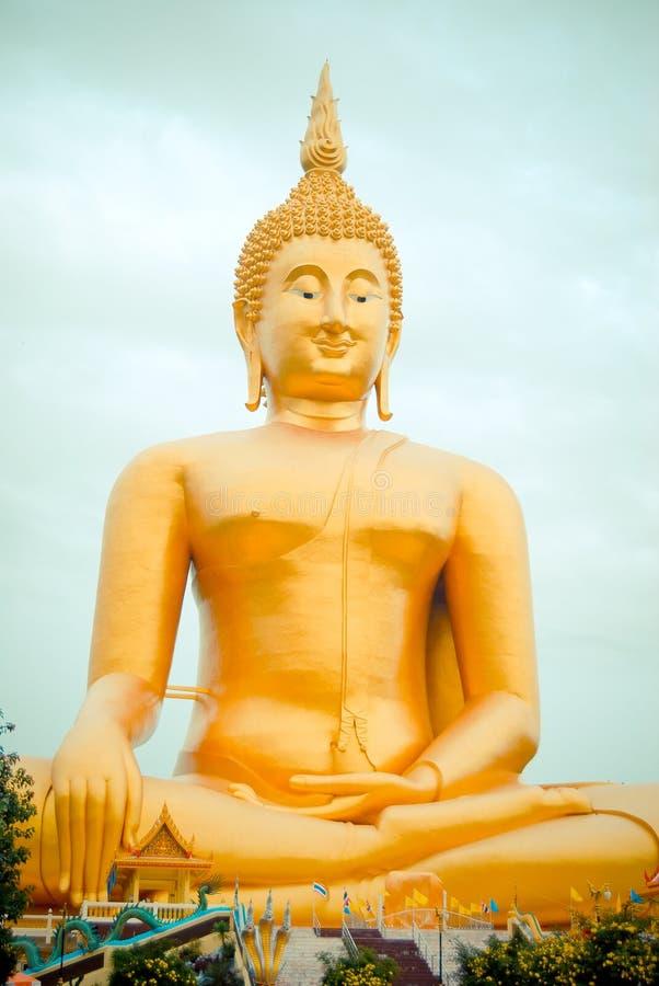 Jätte- guld- buddha staty på Wat muang, Thailand royaltyfria foton