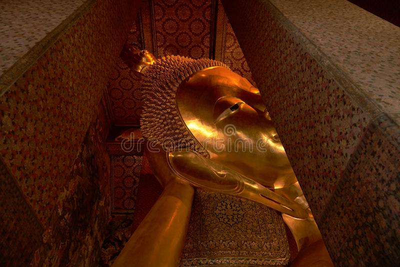 Jätte- guld- vila buddha på Wat Pho arkivfoton