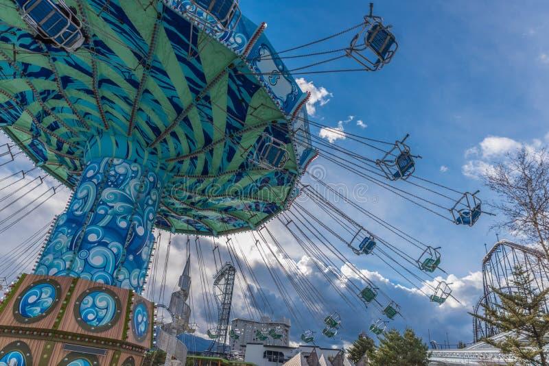Jätte- gunga på Fuji-q höglands- theam parkerar, Japan fotografering för bildbyråer