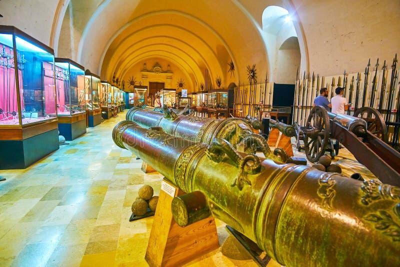Jätte- kanoner i slottArmoury av Valletta, Malta arkivfoton