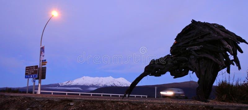 Jätte- kiwiscolpture under Mt Ruapehu i Tongariro medborgaremedeltal fotografering för bildbyråer