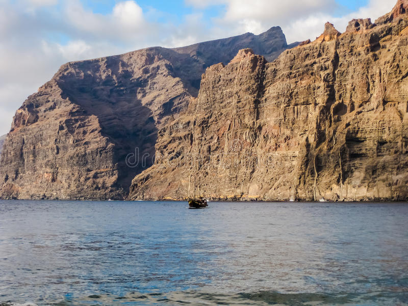 Jätte- klippor in i havet arkivfoton