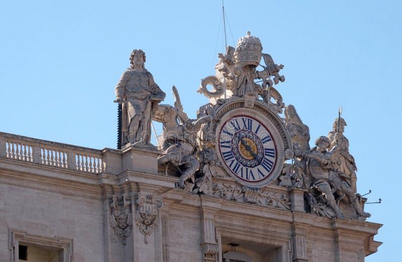 Jätte- klocka på Stets Peter fasad i Vaticanen royaltyfria bilder