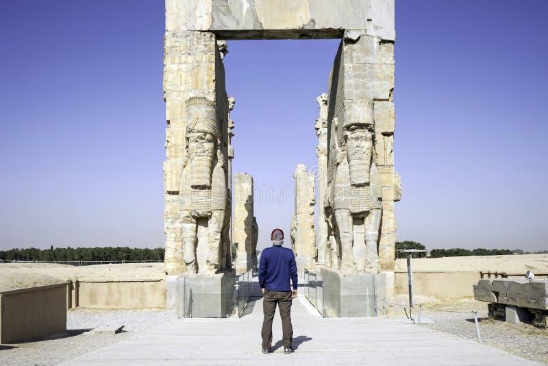 Jätte- lamassustatyer som allra bevakar nationer för port i forntida Persepolis, huvudstad av Achaemenidvälde i Shiraz, Iran royaltyfri fotografi