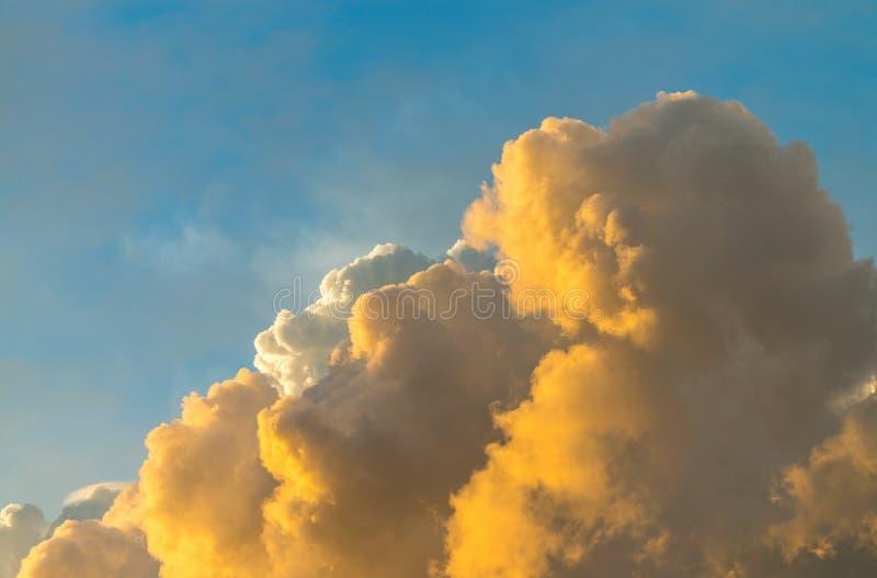Jätte- moln i solnedgånghimmel arkivfoton