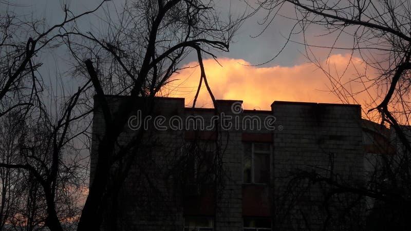 Jätte- moln som döljas bredvid en byggnad royaltyfri fotografi
