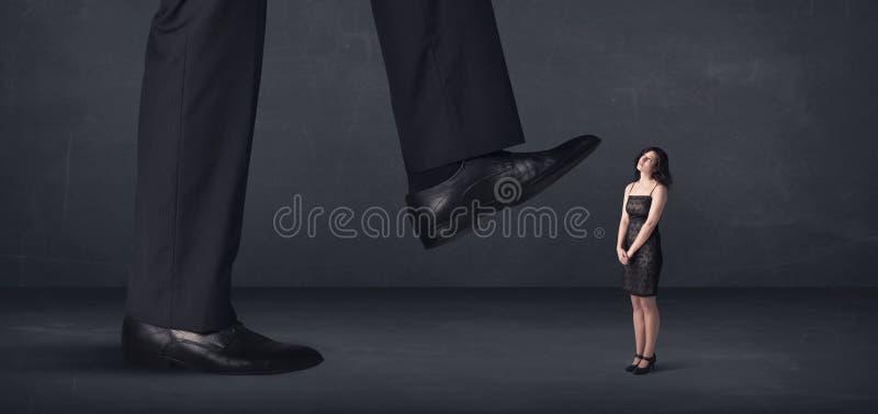 Jätte- person som lite kliver på affärskvinnabegrepp royaltyfri bild