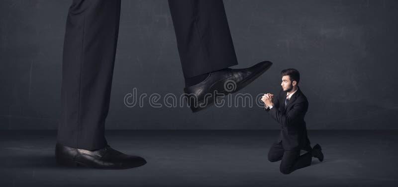Jätte- person som lite kliver på affärsmanbegrepp royaltyfri bild