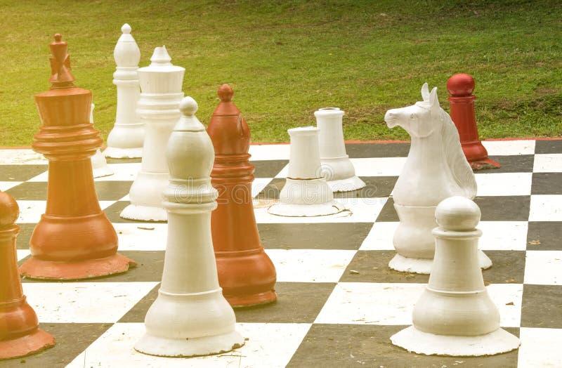 Jätte- schackbräde för gräsmatta i en formell husträdgård arkivfoton