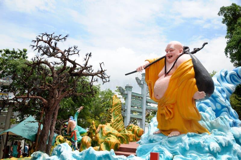 Jätte- skratta Buddhastaty på nöjesfältet för hagtornmedeltalvilla i Singapore royaltyfria foton