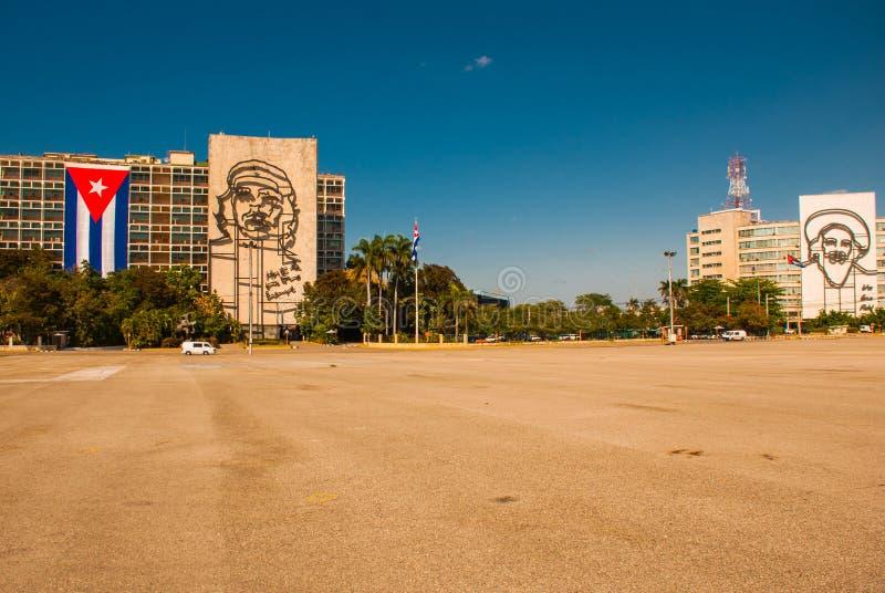Jätte- skulptur av Fidel Castro, Che Guevara på fasad av departementet av inre på Plaza de la Revolucion Revolutionfyrkant i Ved arkivbild