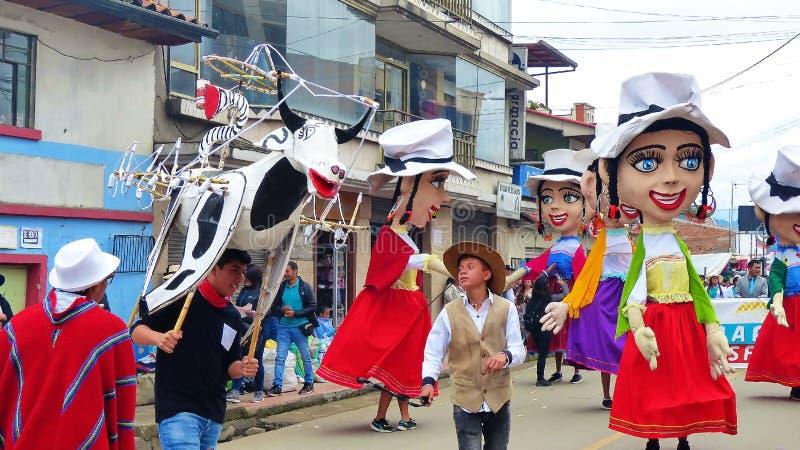 Jätte- skyltdockor i dräkten som är typisk för det Azuay landskapet, Ecuador fotografering för bildbyråer