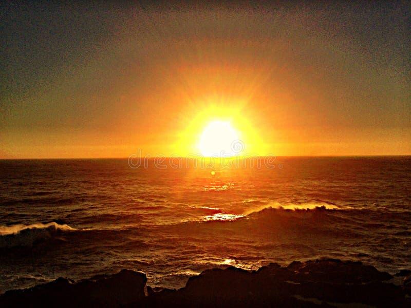 Jätte- solsolnedgång arkivfoto