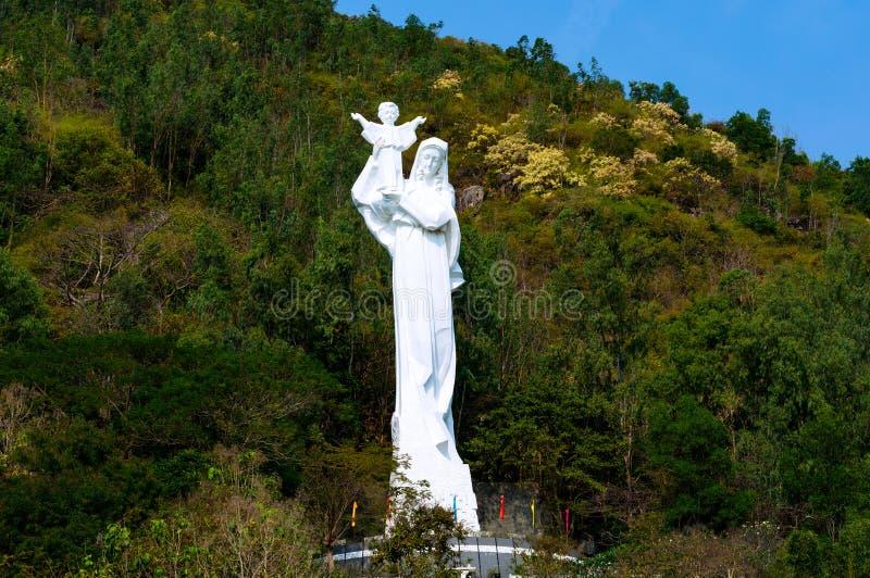Jätte- staty av den jungfruliga Maryen med Jesus i hans armar 28 meter arkivbild