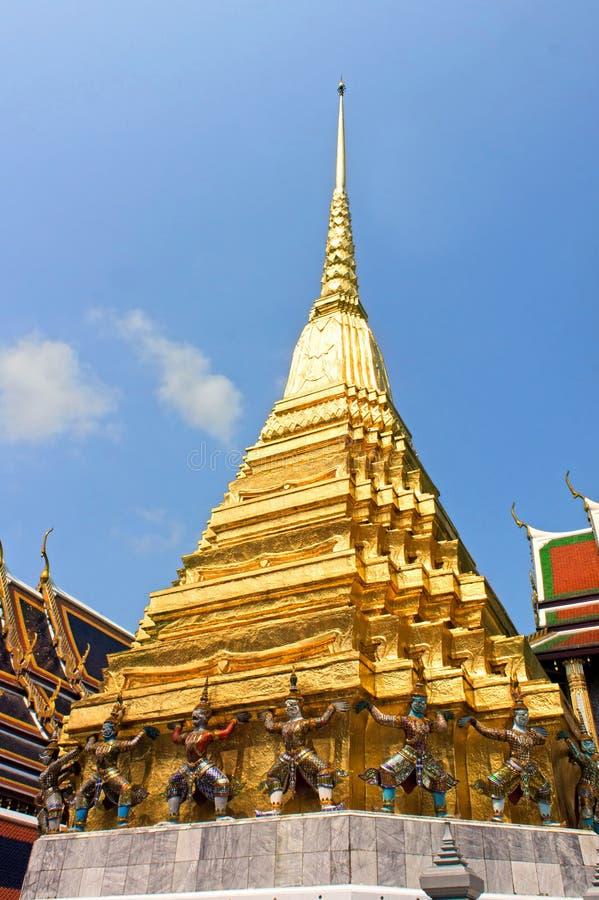 Jätte- statyer på den storslagna slotten Wat Phra Kaew, Bangkok, Thailand royaltyfri bild