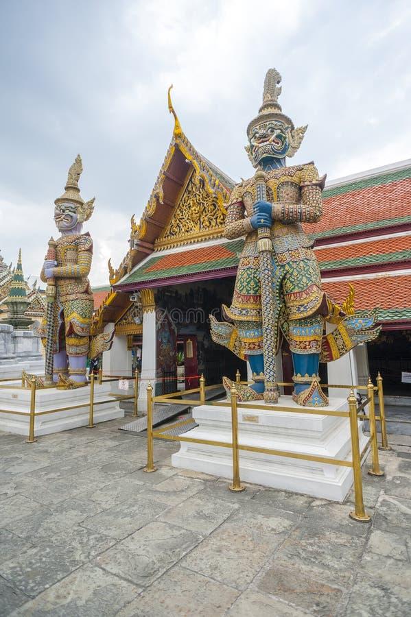 Jätte- statyer på den Wat Phra Kaew templet royaltyfri foto