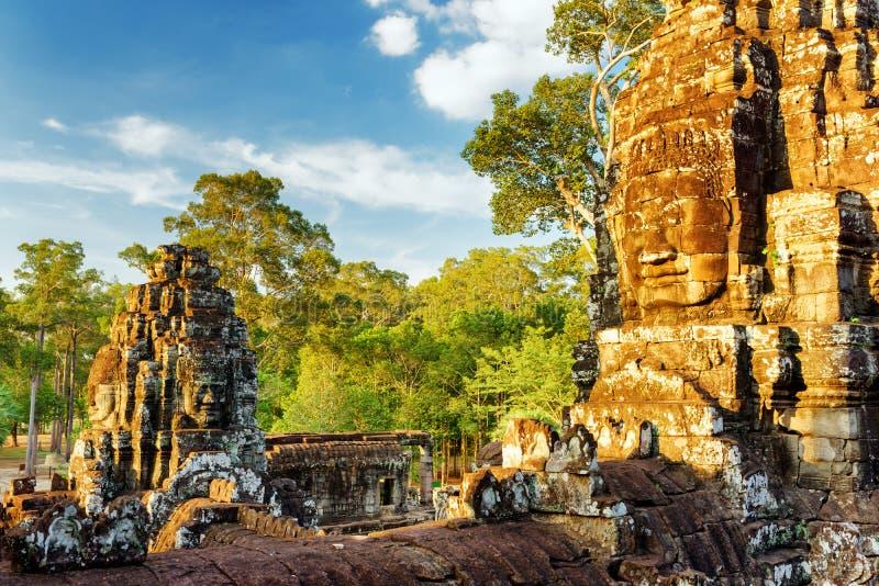 Jätte- stenframsida av den Bayon templet i Angkor Thom, Cambodja arkivbilder