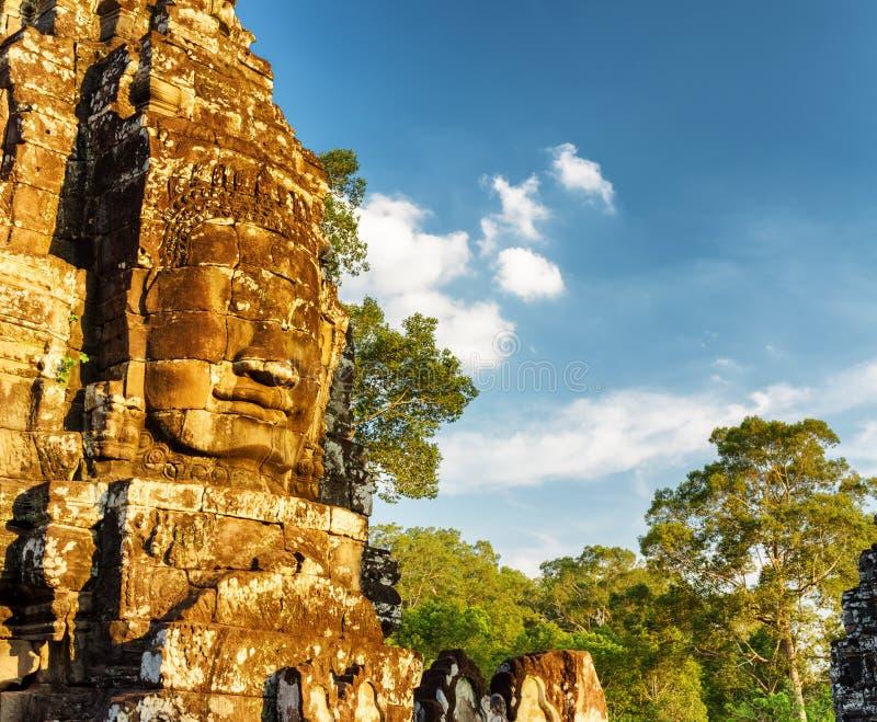 Jätte- stenframsida av den forntida Bayon templet, Angkor Thom, Cambodja royaltyfri foto