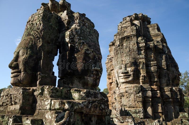 Jätte- stenframsidor av den Bayon templet i Angkor Thom royaltyfri bild