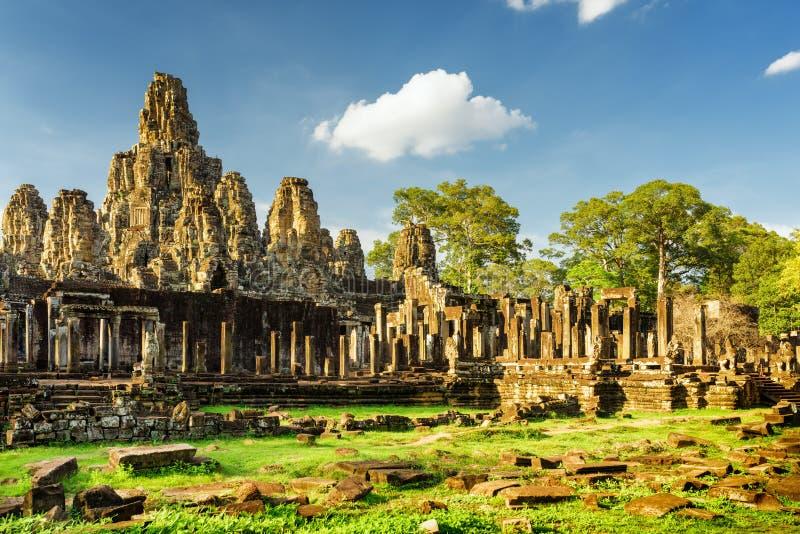 Jätte- stenframsidor av den Bayon templet i Angkor Thom, Cambodja royaltyfri fotografi