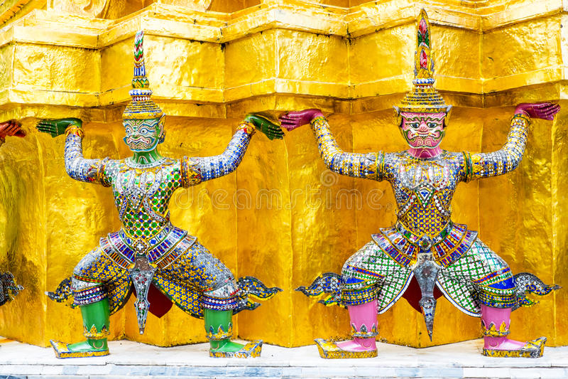 Jätte två på den guld- pagoden, storslagen slott, Bangkok, Thailand royaltyfri fotografi
