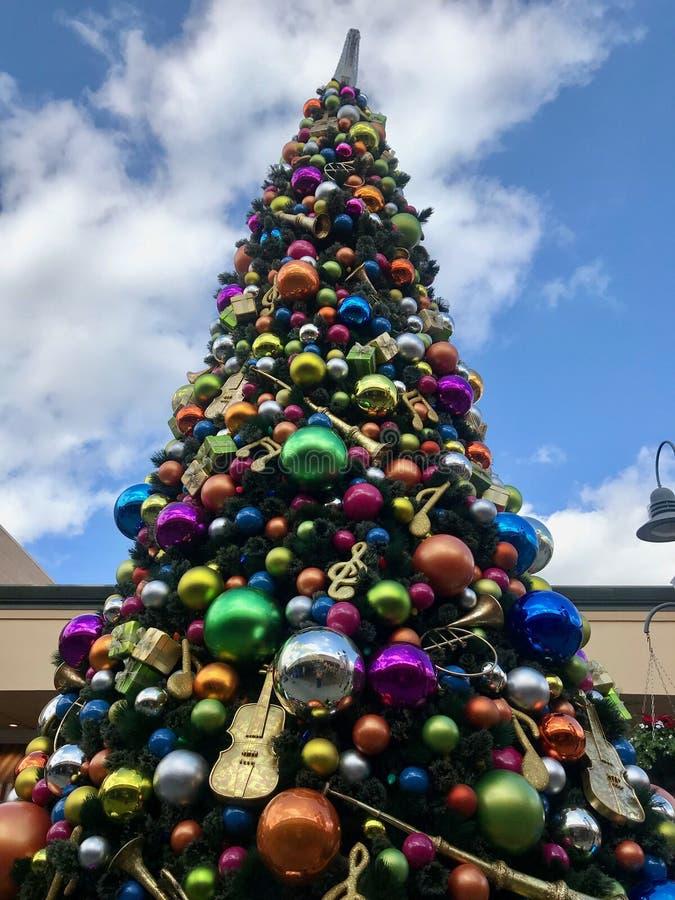 Jätte- utomhus- julgran på en galleria royaltyfri bild