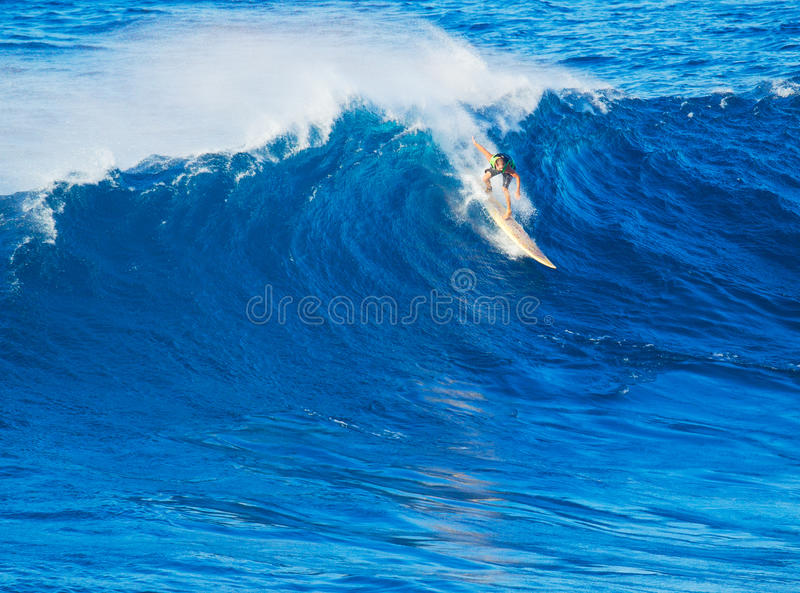 Jätte- våg för surfareridning arkivbild