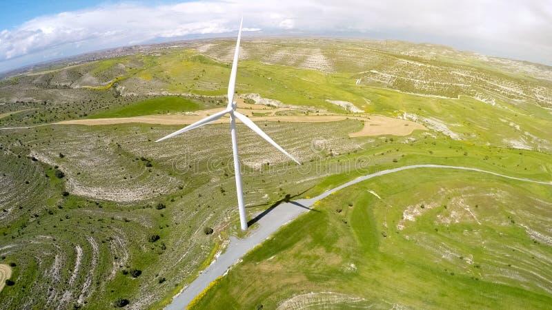Jätte- vindturbin som levererar alternativ grön energi som lokaliseras i bygd arkivfoto