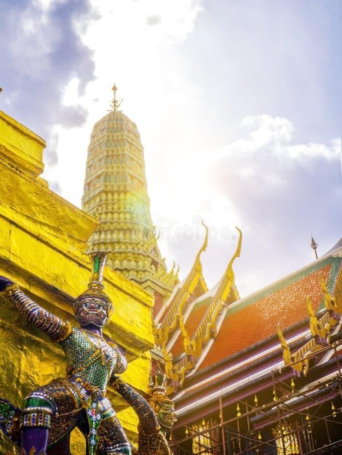 Jätte Wat Phra Kaew Temple i bangkok Thailand arkivbild
