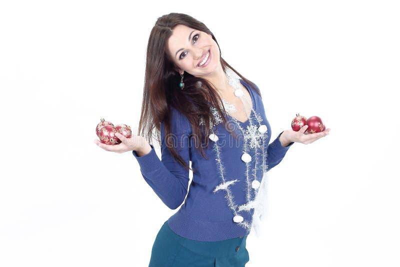 Jätteglade för visningjul för ung kvinna bollar arkivbild