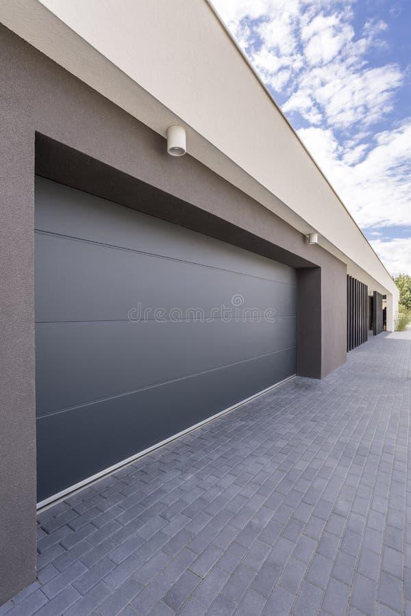 Jättelik garagedörr arkivbild