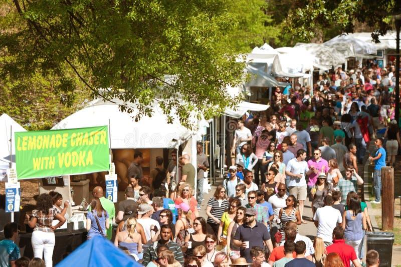 Jättelika folkmassaflyttningar till och med utställningstält på den Atlanta skogskornellfestivalen royaltyfri foto
