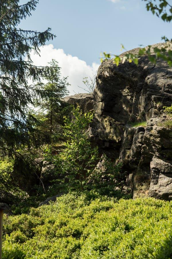Jätten vaggar på ett berg med blå himmel royaltyfria foton