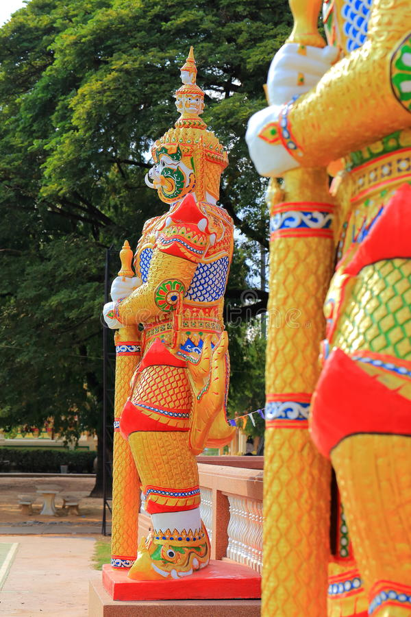 Jättesculture i templet, Kalasin, Thailand arkivfoto