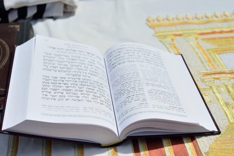 JÉRUSALEM, ISRAËL - AVRIL 2017 : Talmud Tora Tanach Books se trouvant sur la table pendant la prière dans la cérémonie de Mitzwa  images libres de droits