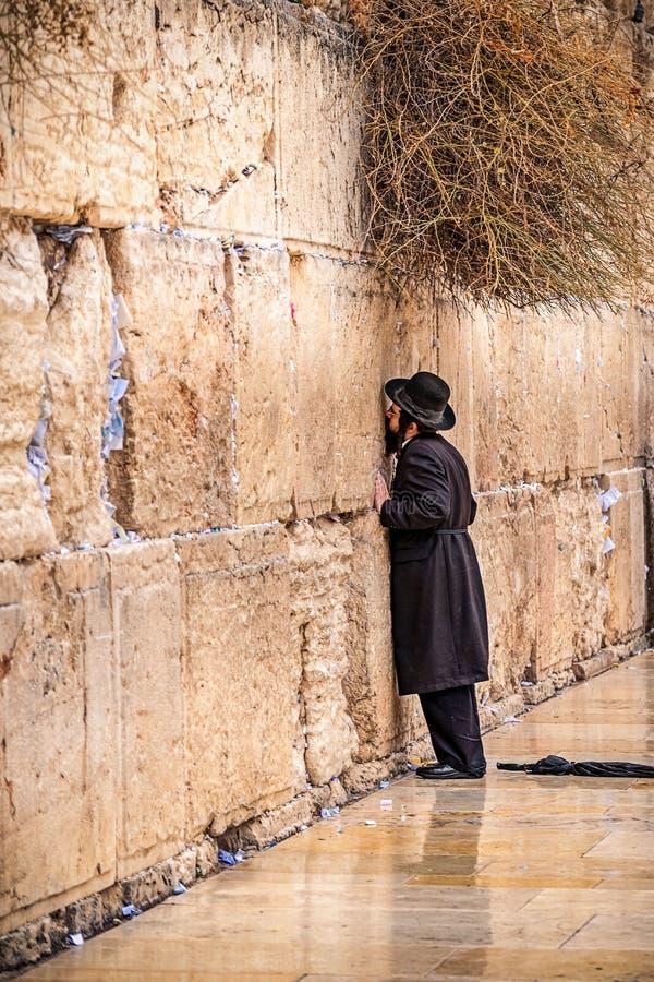 11/23/2018 Jérusalem, Israël, juif de croyance prie près du mur de pleurer dans un grand chapeau noir images stock