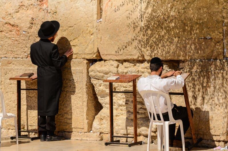 Jérusalem, Israël 11 juillet 2014 : Deux hommes juifs priant au mur occidental à Jérusalem, Israël photo stock