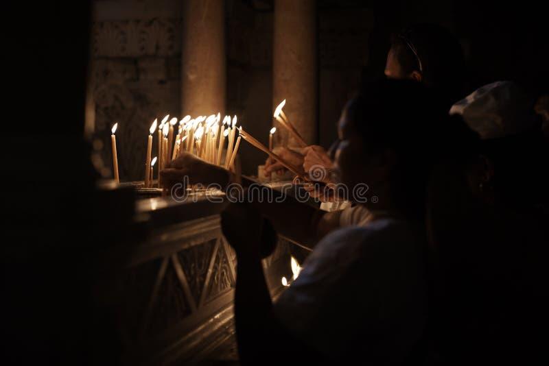 Jérusalem, Israël - 6 juin 2018 : Prières allumant des bougies dans l'église sainte de tombe à Jérusalem L'église sainte de tombe photo libre de droits