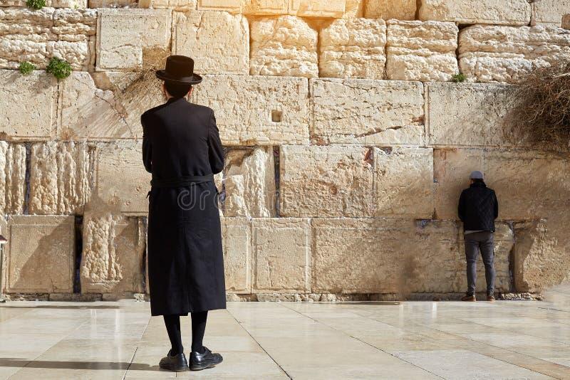 Jérusalem, Israel January 13, 2019 juifs ultra orthodoxes, homme, habillé dans noir, se tient sur la place occidentale de mur et  image libre de droits