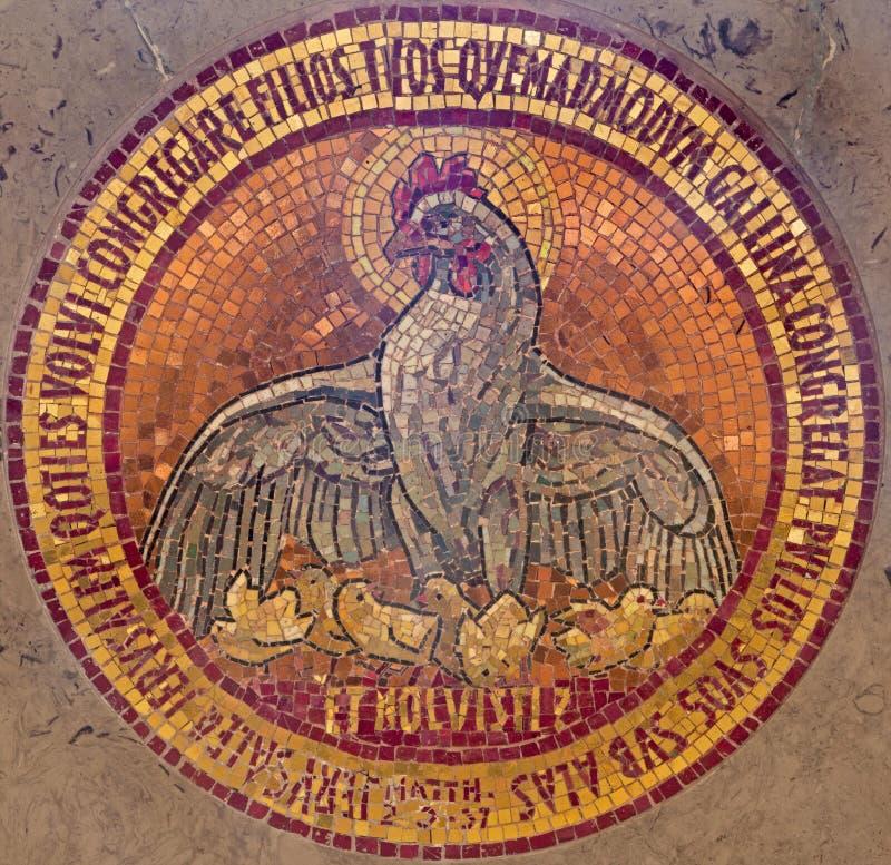 Jérusalem - le mosiac de la poule rêveure et des poulets dans l'autel de l'église de Dominus Flevit sur le mont des Oliviers comm photo libre de droits
