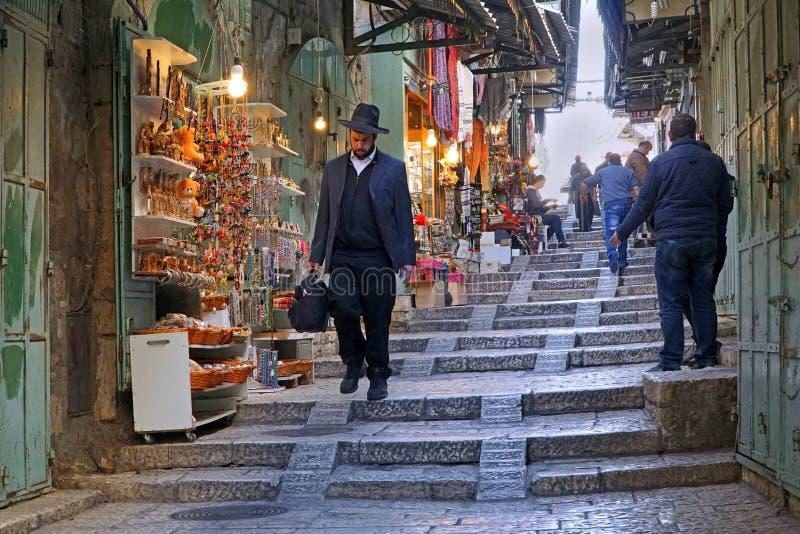 JÉRUSALEM : Un homme juif orthodoxe marche par Christian Quarter photos stock