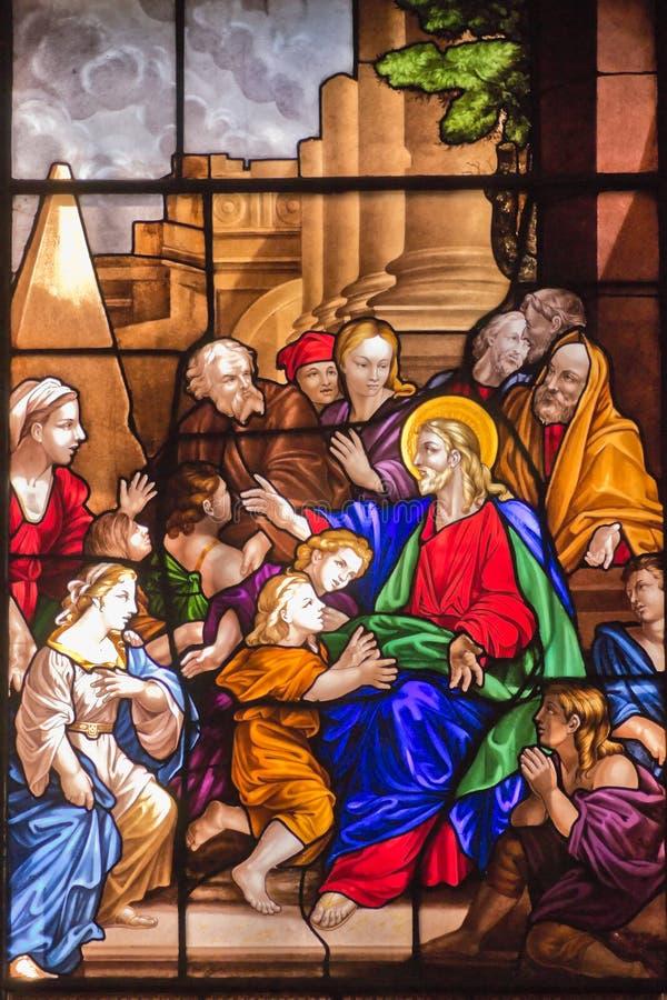 Jésus et hublot en verre souillé d'enfants image stock