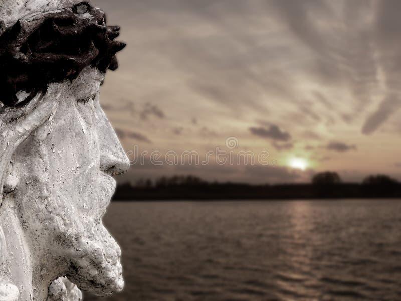 Jésus regardant le coucher du soleil images libres de droits